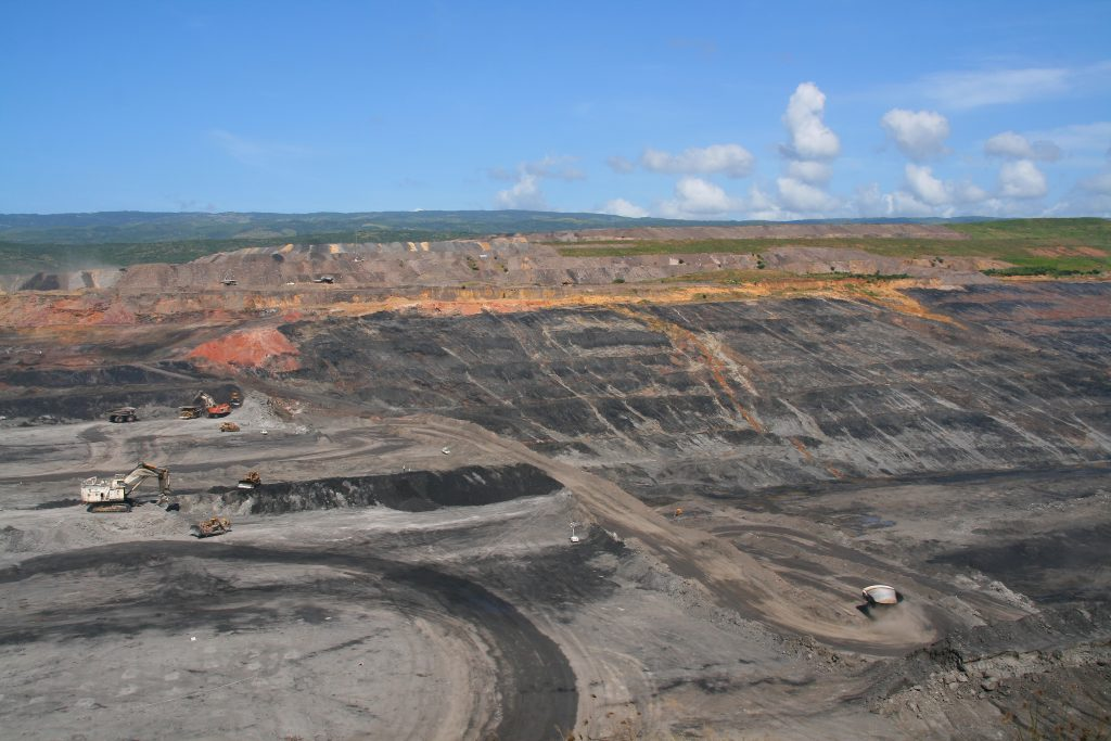 Machines at work at the El Cerrejón coal mine which is owned by three London-listed companies. (Photo: Creative Commons)